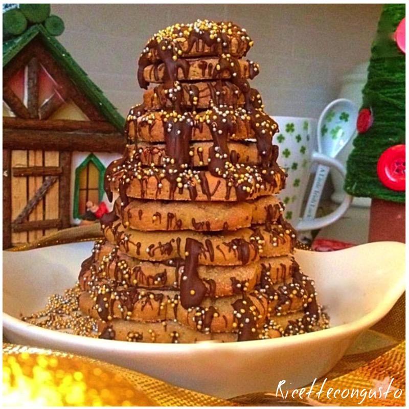 Albero natalizio con biscotti di frolla e cioccolato