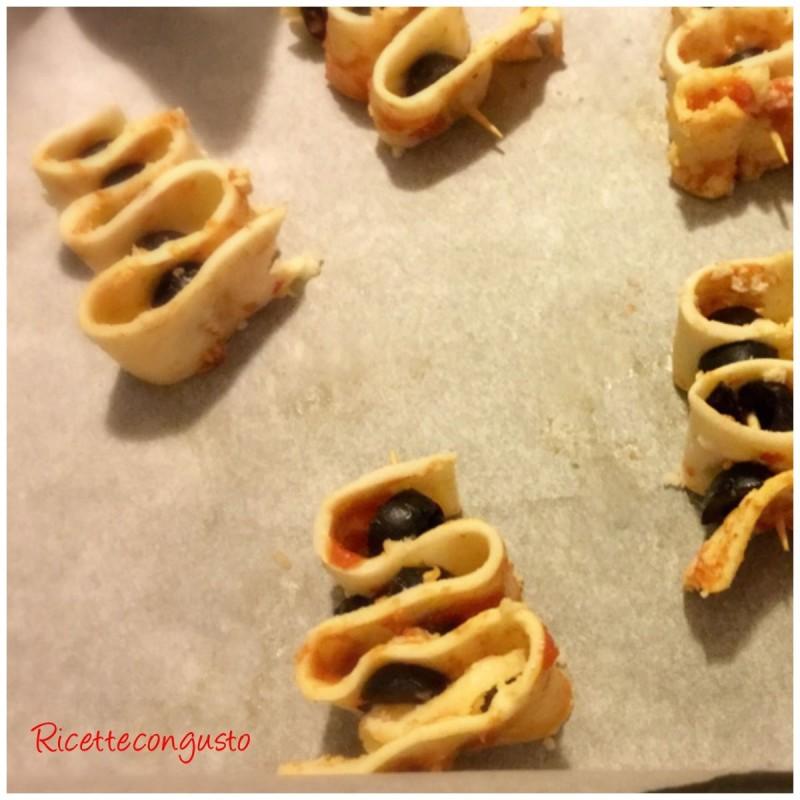 Alberi di sfoglia con pomodoro e olive nere