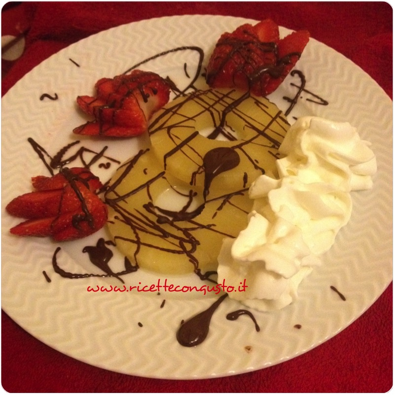 Dessert all'ananas fragole e cioccolato