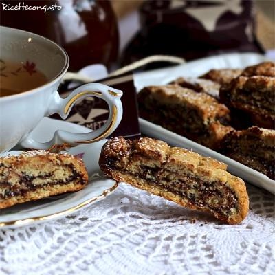 Biscotti arrotolati al cioccolato fondente