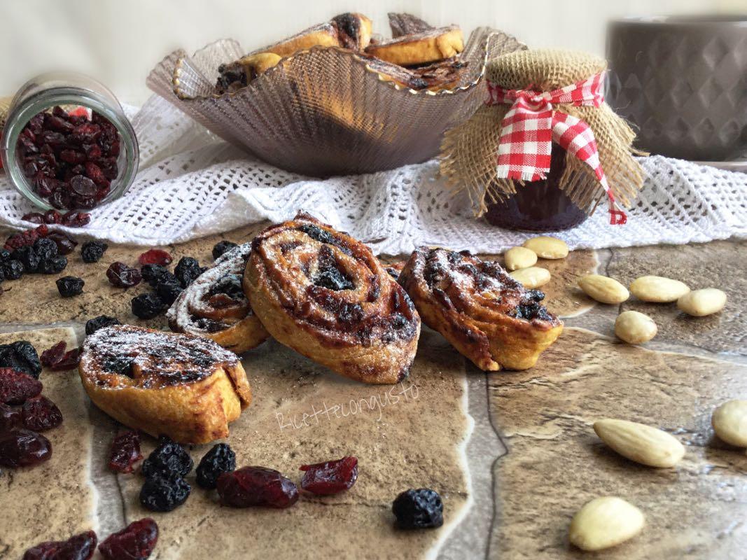 Biscotti arrotolati al farro con marmellata, mirtilli e mandorle