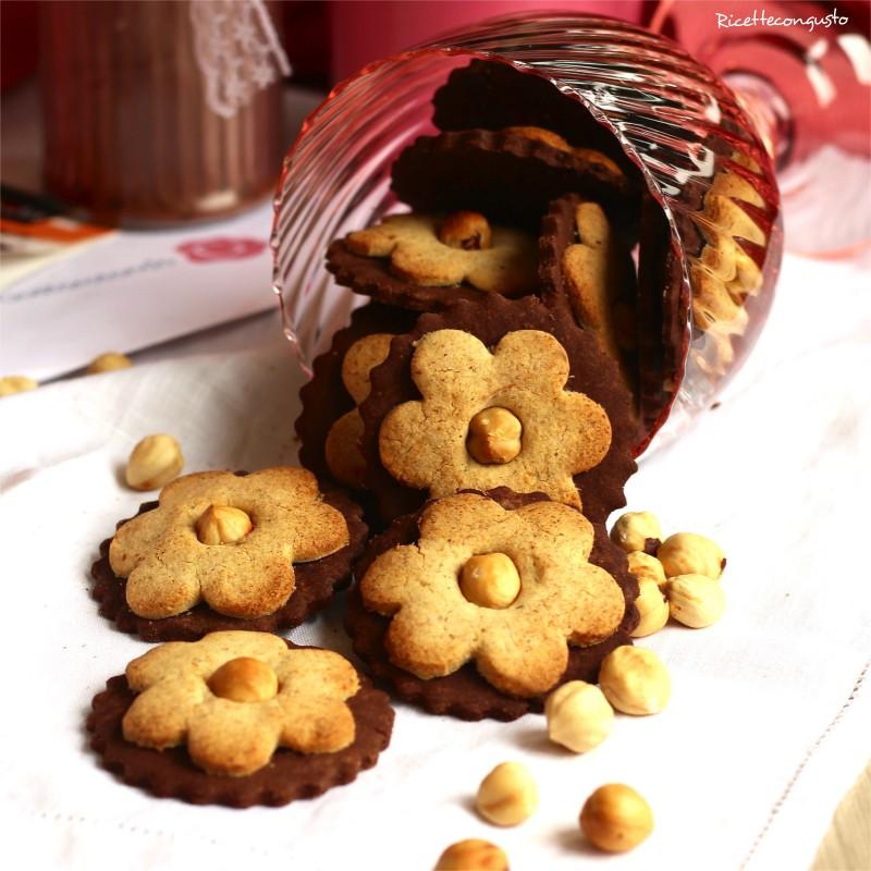 Biscotti fiori integrali e al cacao con nocciole