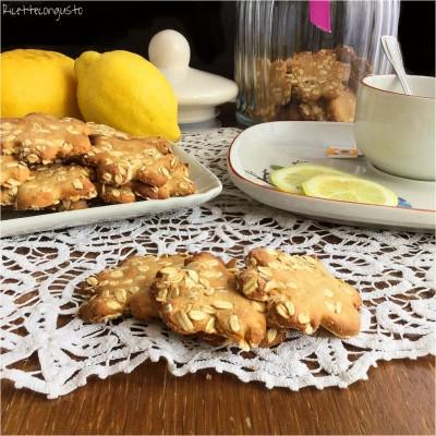 Biscotti con farina e fiocchi d'avena al limone con yogurt