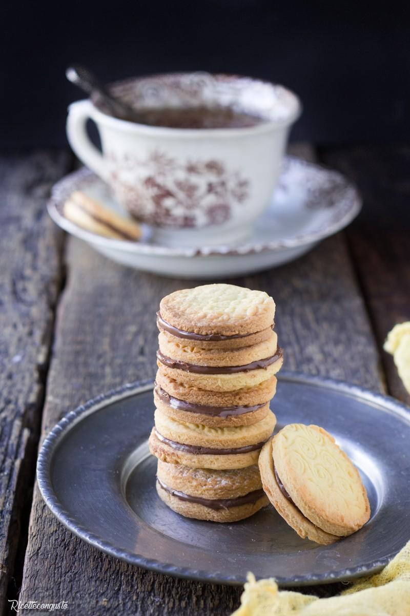 Biscotti di pasta frolla con crema alla nocciola e cioccolato