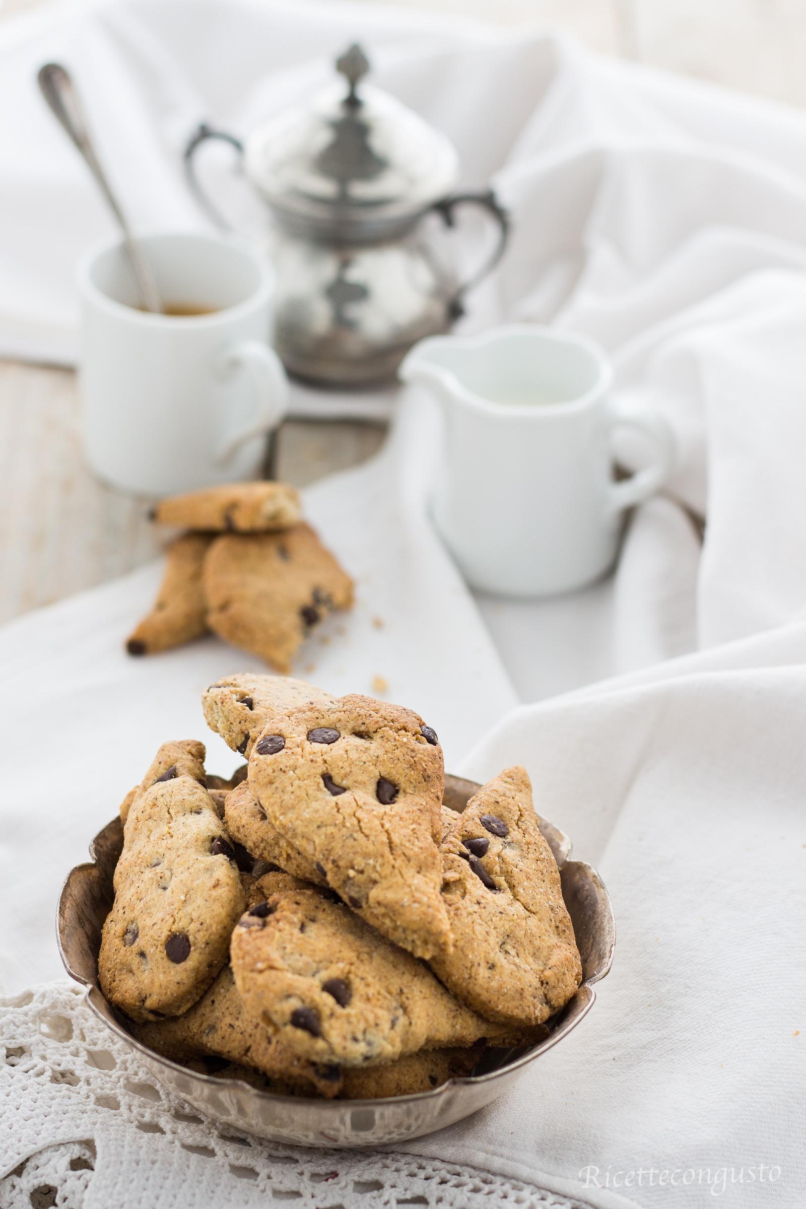Biscotti di grano saraceno e riso con gocce di cioccolato