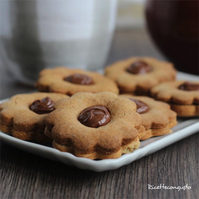 Biscotti occhio di bue al grano saraceno e riso integrale con crema alle nocciole