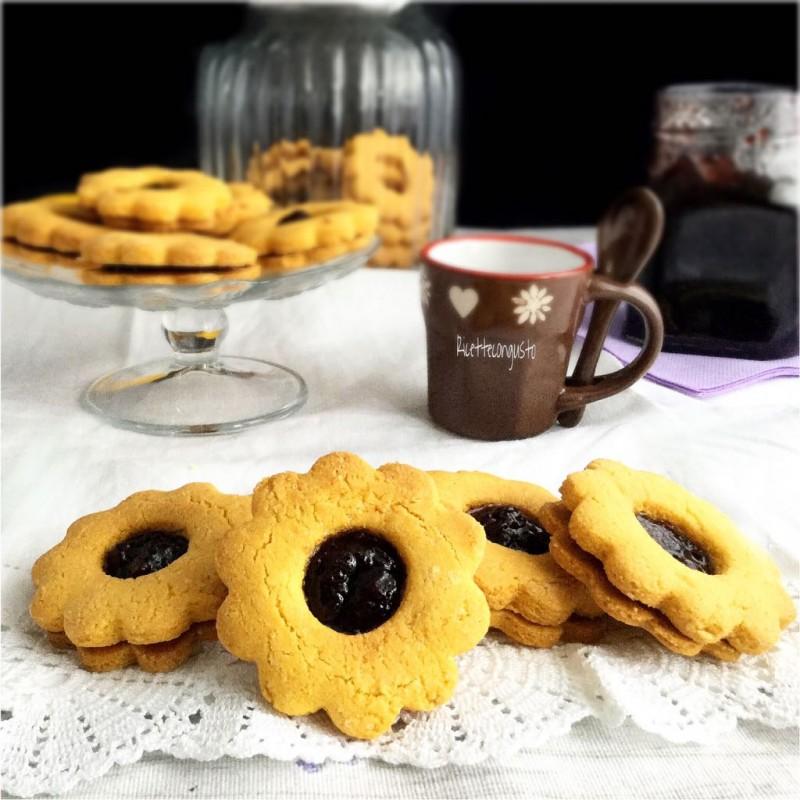 Biscotti occhio di bue croccanti alla marmellata di mirtilli
