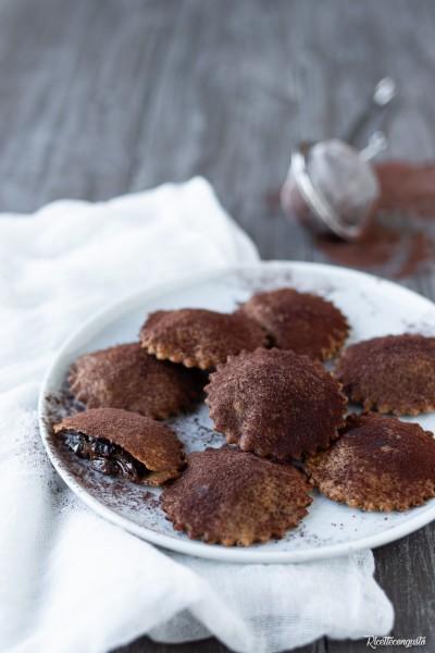 Chiacchiere o bugie natural al forno ripiene di cioccolato