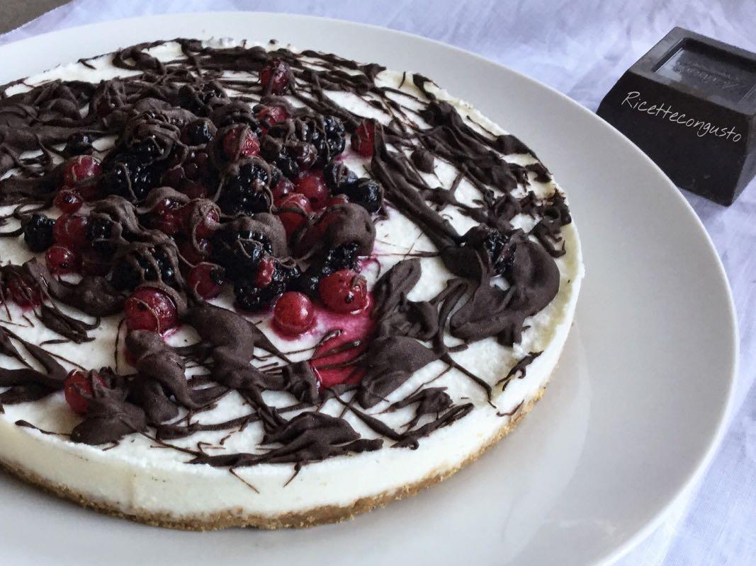 Cheesecake ai frutti di bosco e cioccolato fondente