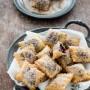Chiacchiere o bugie ripiene alla marmellata aromatizzate alla cannella