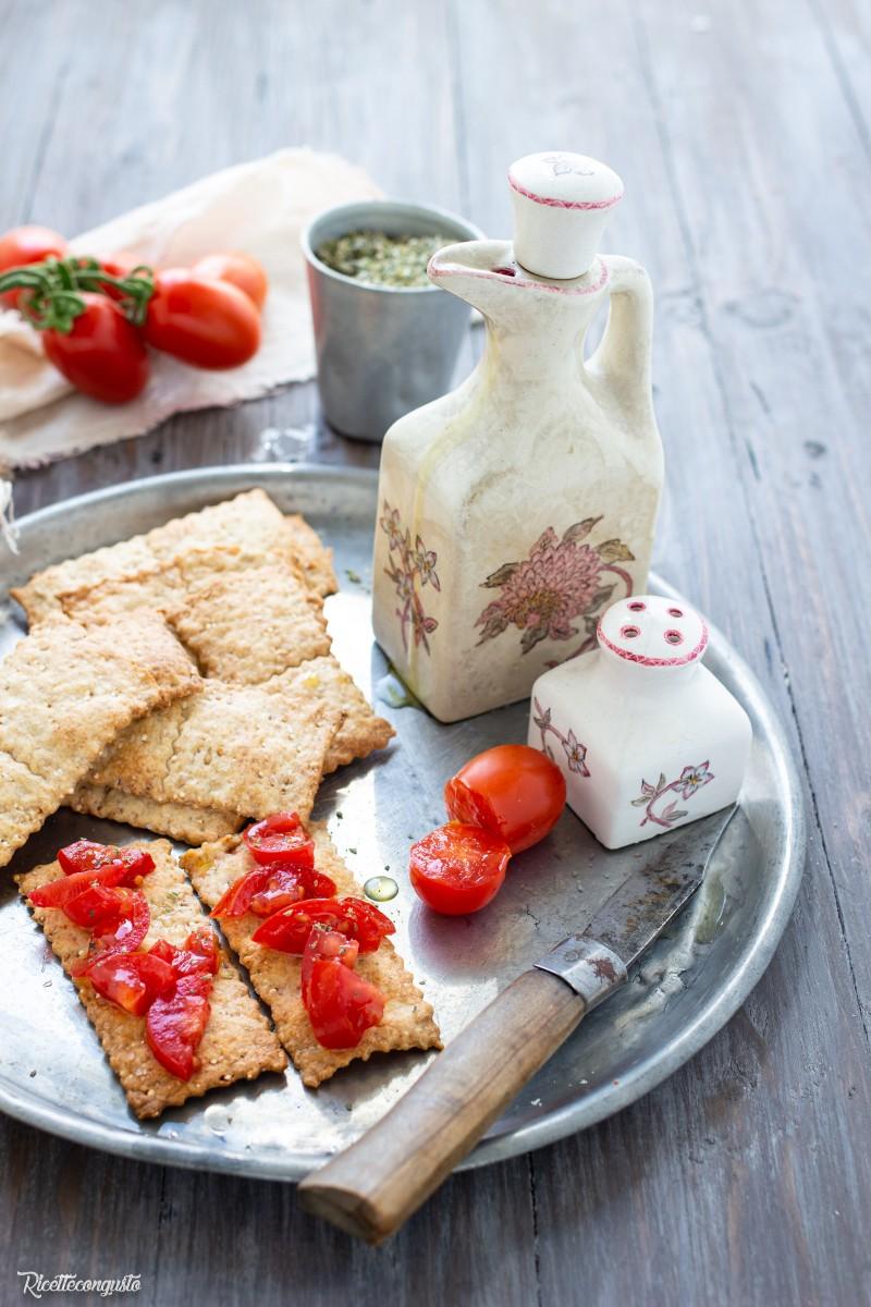 Cracker con semi di sesamo e quinoa (anche con esubero lievito madre)