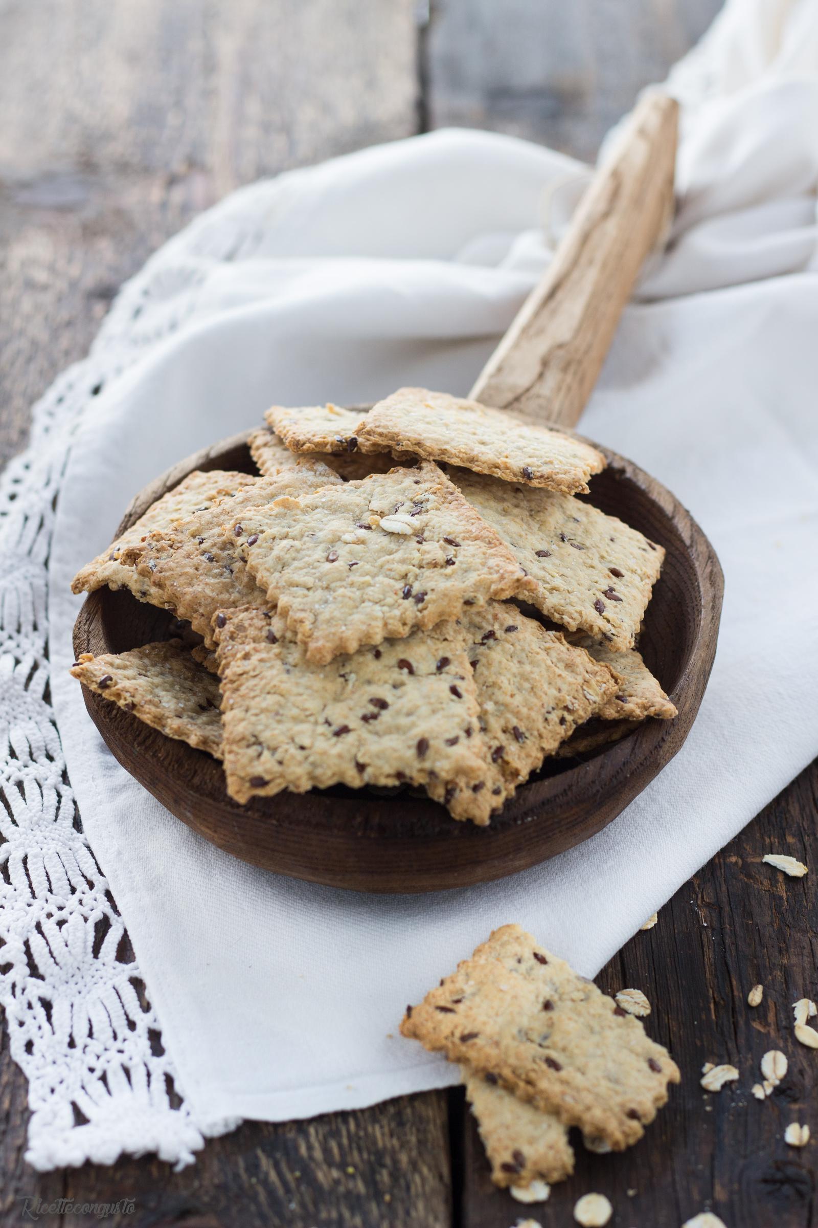 Cracker con farina d'avenacon fiocchi d'avena e semi di lino