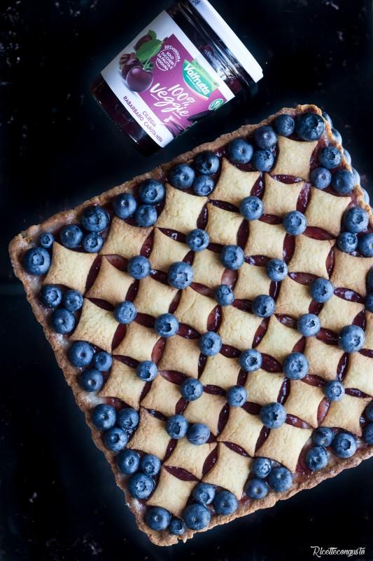 Crostata con crema pasticcera, marmellata e mirtilli