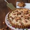 Crostata di frolla integrale al cocco con crema pasticcera e glassa alle mandorle