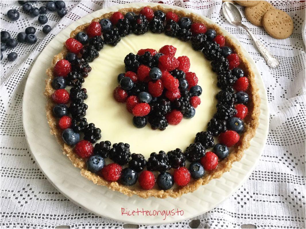 Crostata biscotto con panna cotta e frutti di bosco 1