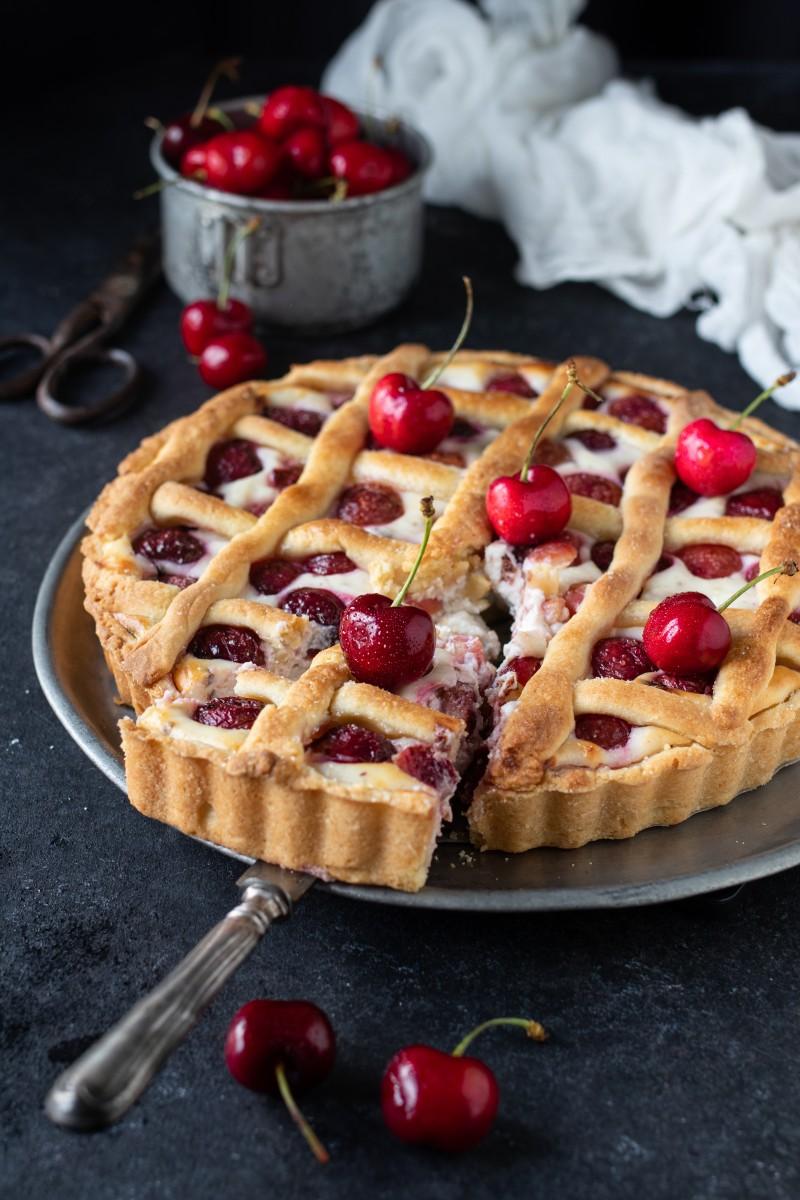 Crostata con crema di ricotta e ciliegie