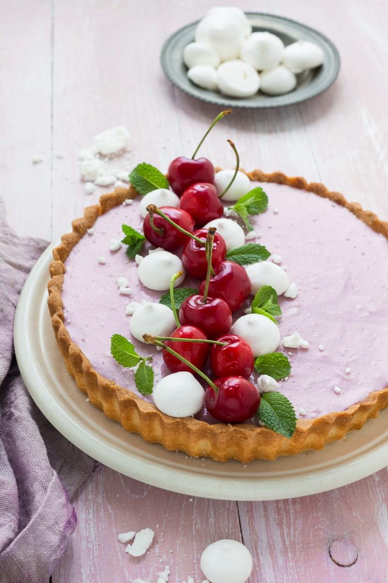 Crostata con crema alle ciliegie, yogurt e panna