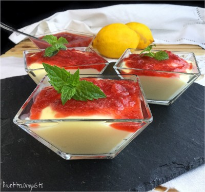 Dessert di crema pasticcera con coulis di fragole