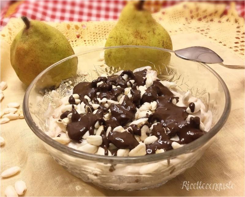 Dessert di ricotta e pere con riso soffiato e cioccolato