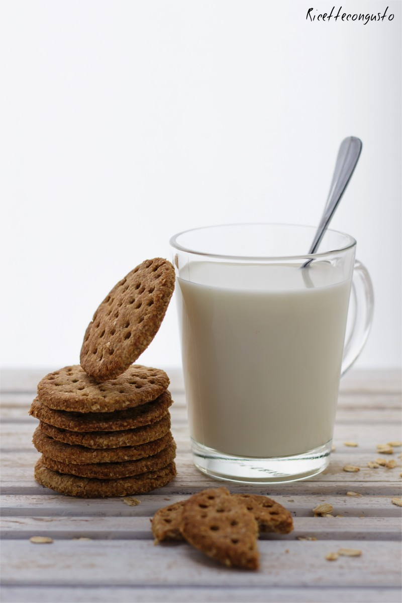 Digestive integrali all'avena e yogurt