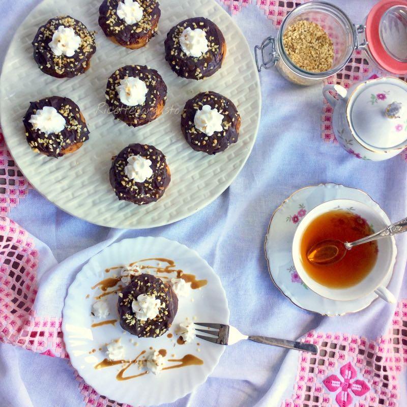 Donuts allo yogurt greco cioccolato fondente e panna