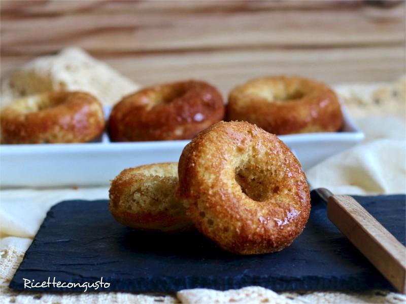 Donuts salati con gorgonzola e pinoli