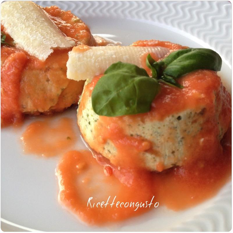 Flan di ricotta e basilico con salsina di pomodoro