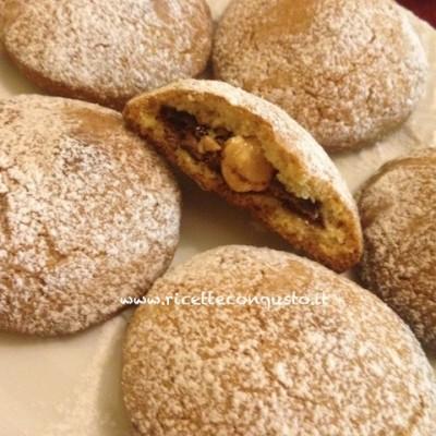 Biscotti di frolla ripieni con nutella e nocciole