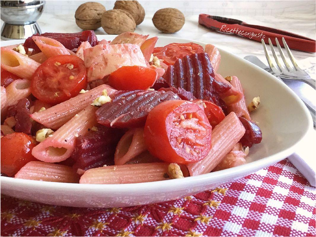 Insalata di pasta integrale con barbabietola rossa tonno e noci