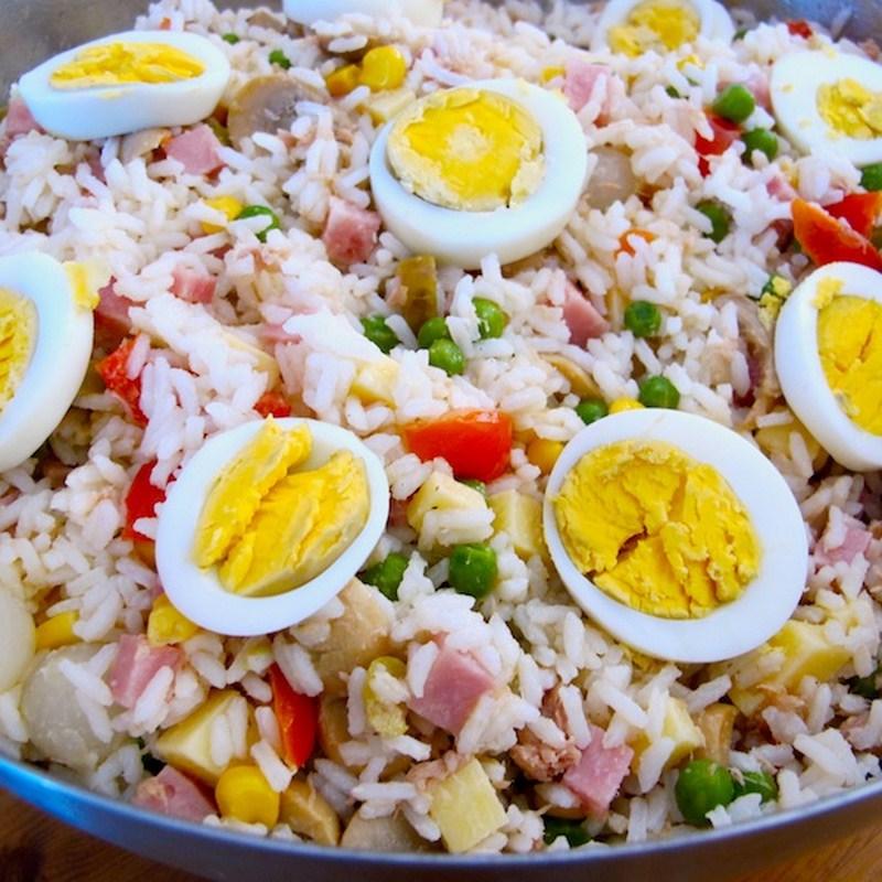 Insalata di riso con tonno uovo e piselli