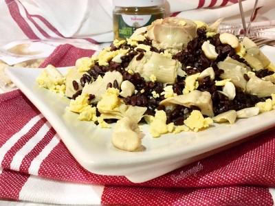 Insalata di riso venere con carciofi uovo e anacardi