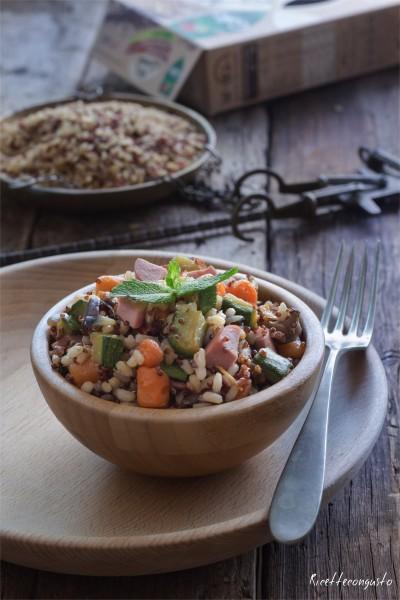 Insalata di riso rosso e quinoa con verdure e wurstell