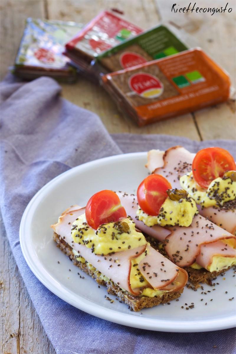 Involtini di tacchino con mousse al tonno su crostini di pane
