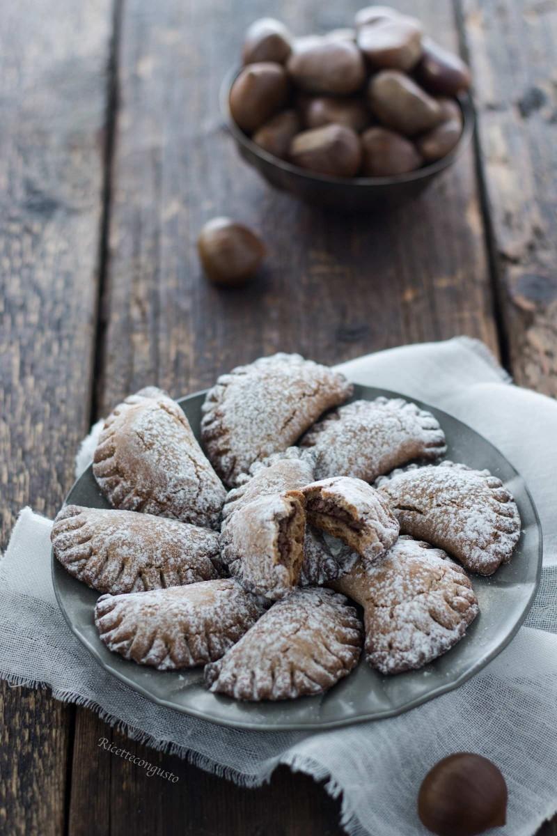 Mezzelune di frolla alle castagne con ripieno di crema di nocciole