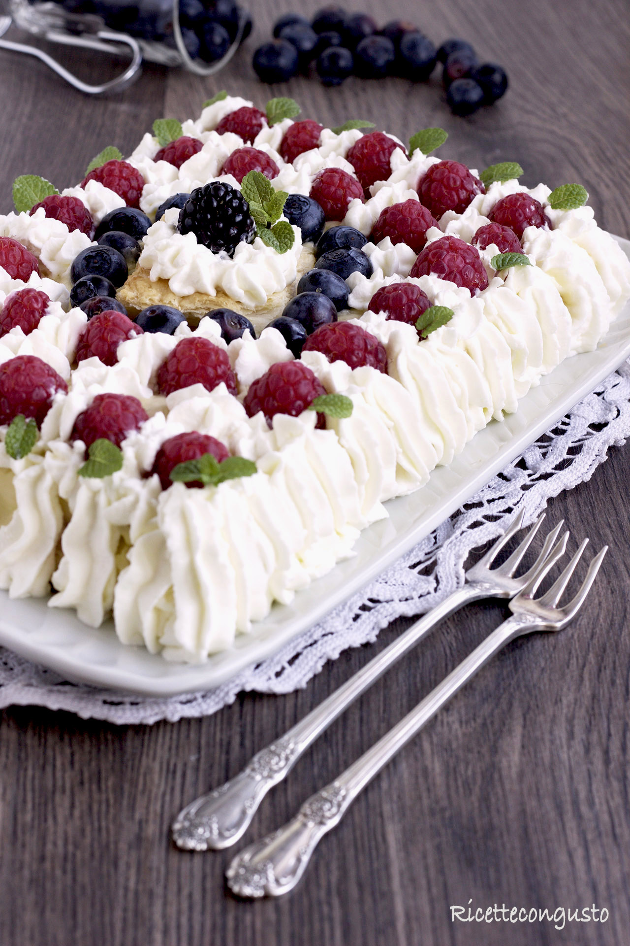 Millefoglie con crema chantilly all'italiana e frutti di bosco
