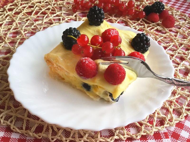 Millefoglie ai frutti di bosco con crema pasticcera al mascarpone