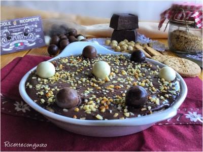 Dessert di biscotti con crema pasticcera al cacao e nocciole