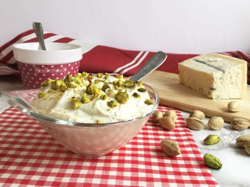 Mousse cremosa al gorgonzola e pistacchi