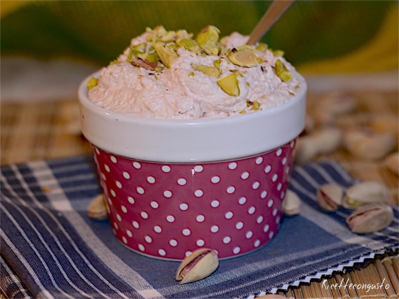 Bignè con mousse di mortadella e pistacchi