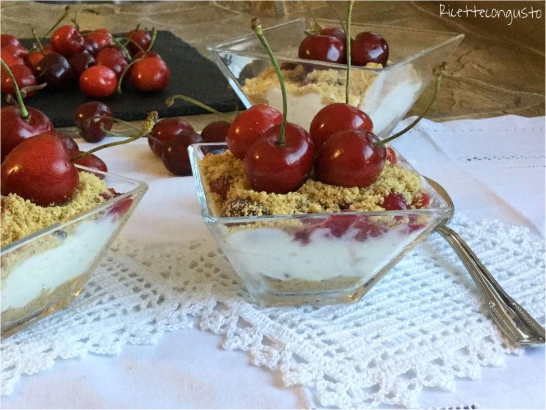 Mousse di ricotta con coulis di ciliegie