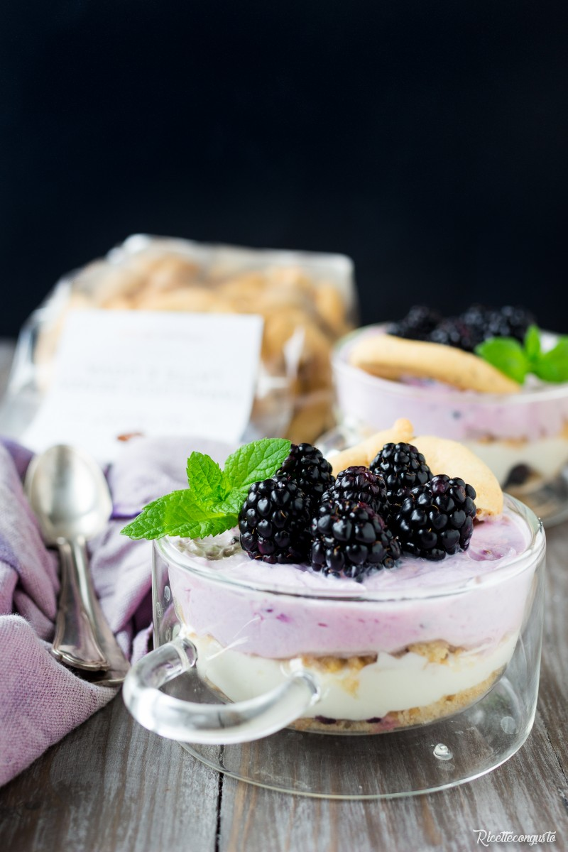 Mousse con yogurt greco e more