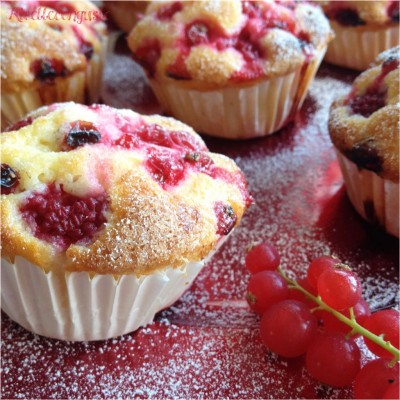 Muffin all'acqua con ribes e lamponi