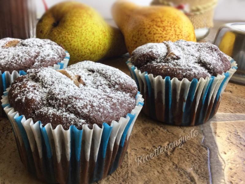Muffin con farina di riso e farro con pere e cioccolato
