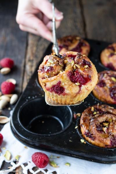 Muffin di panbrioche con pistacchi e lamponi