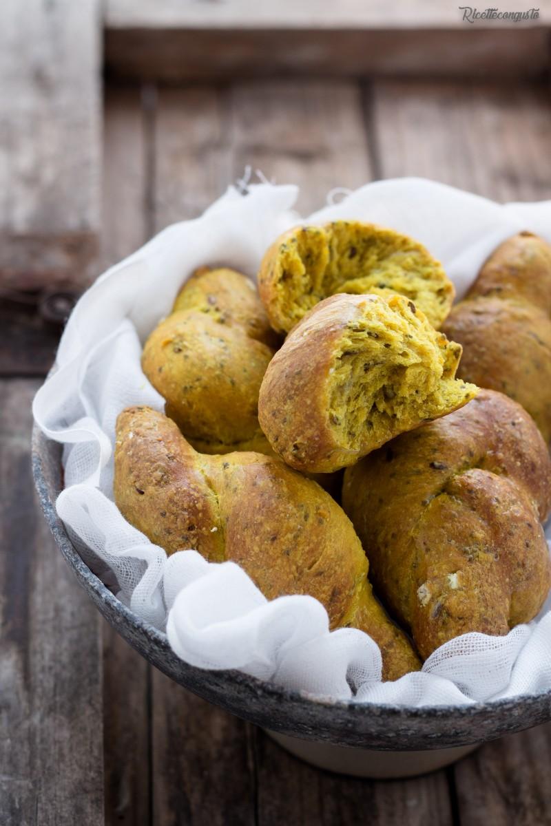 Nodini di pane alla curcuma e semi (avena, girasole, chia e lino)