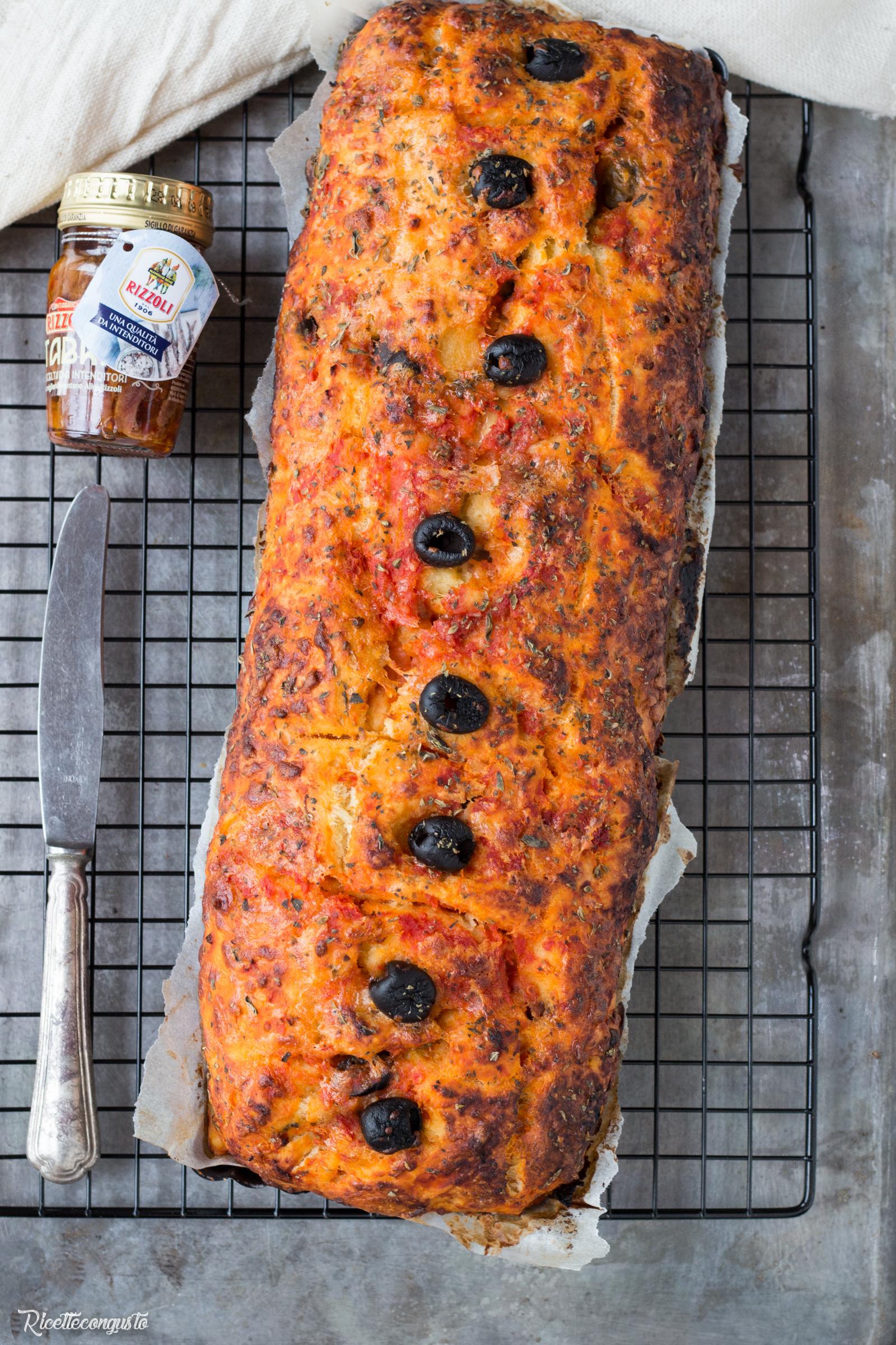 Rustico di panbrioche alla pizzaiola con alici, olive nere e scamorza