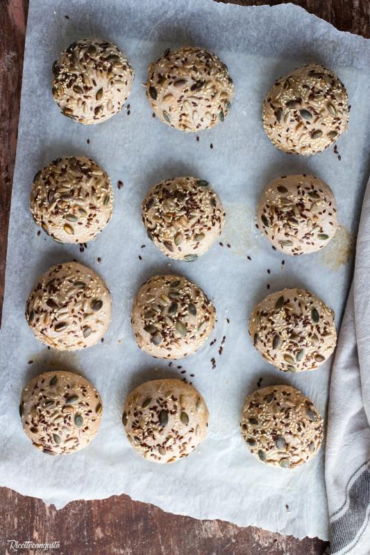 Panini con farina di segale e semi vari