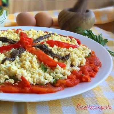 Peperoni arrostiti al forno con uovo e acciughe