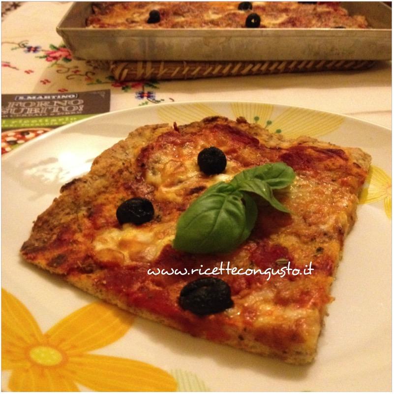 Pizza ai cereali con mozzarella di bufala e olive nere