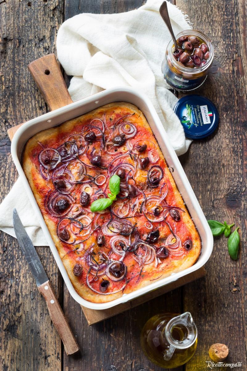 Pizza con lievito madre con cipolla e olive taggiasche